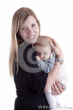 Moeder die haar baby met tederheid houdt