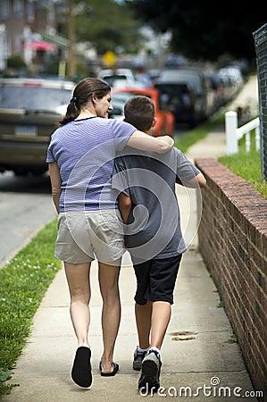 Moeder die met zoon loopt