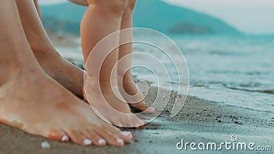 Moeder en babyvoeten die zich op strand bevinden De vakanties van de familiezomer stock video