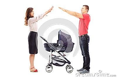 Moeder en vader het gesturing met hun handenbescherming boven a