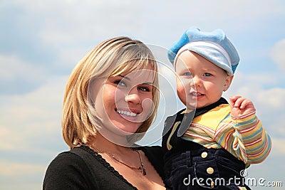Moeder met kind op handen