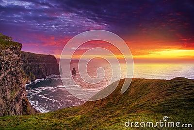 изумительный заход солнца moher скал
