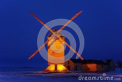 Moinho de vento de madeira tradicional