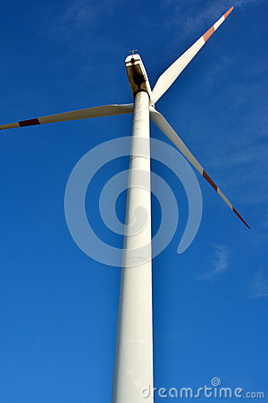 Moinho de vento sob o céu azul