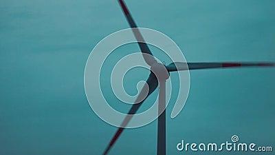 Moinhos de vento para a energia elétrica no fundo do céu do por do sol video estoque