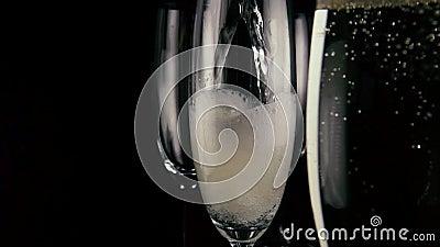 MOIS lent Un des trois verres verse le vin de champagne clips vidéos