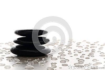Mojón de piedra pulido negro simbólico de la meditación del zen