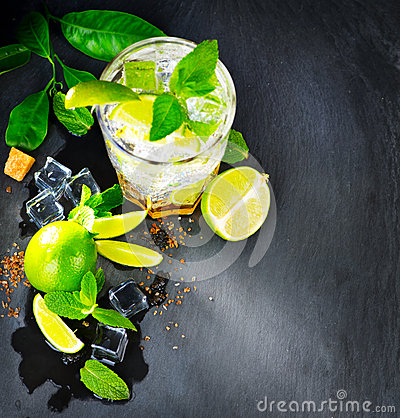 Free Mojito Cocktail On A Table Royalty Free Stock Images - 72850449