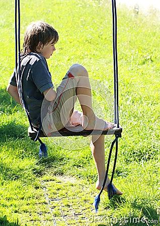 Mokra chłopiec huśtawka