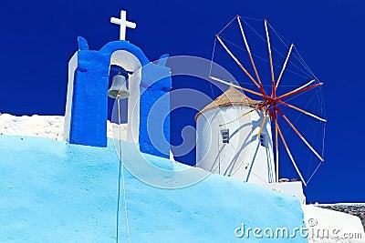 Molino de viento en la iglesia en la isla de Santorini