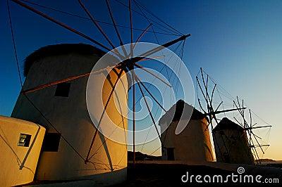 Molinoes de viento en la puesta del sol