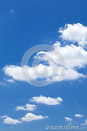 Moln i den blåa himlen