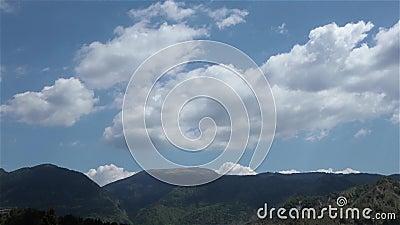Moln som ändrar på berg och kullar lager videofilmer