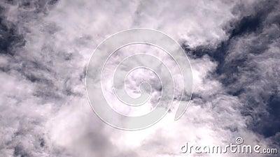 Moln som flyttar sig på himmelhyperlapsen arkivfilmer