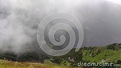 Molnrörelser i regn Bergsområden i molnigt väder nära sjön arkivfilmer