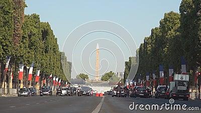 Molte automobili sul boulevard di Champs-Elysees nell'ora di punta fermata sul semaforo rosso stock footage