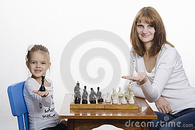 Mom and daughter put on the palm of Queens, playing chess