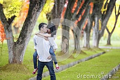 Momento romántico en otoño