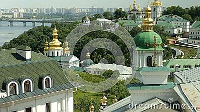 Monast?rio crist?o ortodoxo Abóbadas douradas das catedrais e das igrejas, Kiev-Pechersk Lavra Monastery vídeos de arquivo