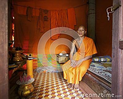 Monge em casa em Cambodia Imagem Editorial