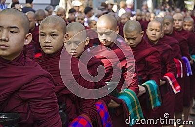 Monjes en fila que esperan el almuerzo: Monasterio de Mahagandayon Foto de archivo editorial