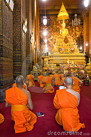 Monks praying at Wat Po,  Bangkok, Thailandia. Editorial Image