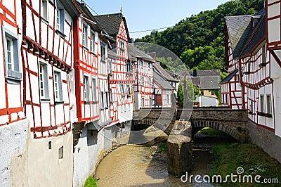 Monreal - a maioria de cidade bonita no palatinado de Rhineland