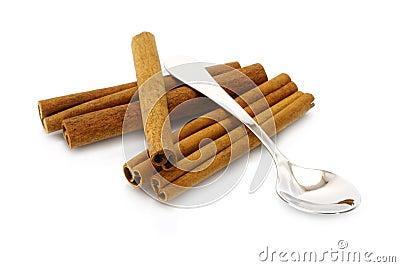 Montón de los palillos de cinamomo con la cucharilla