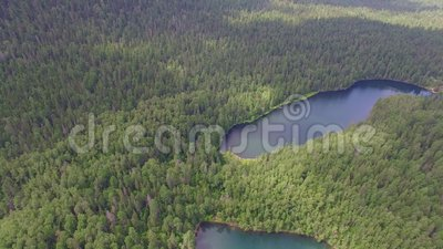 Montaña aérea de Photography Paisaje divino del paisaje con un lago de la montaña en Siberia cerca del lago Baikal Lago caliente  almacen de metraje de vídeo