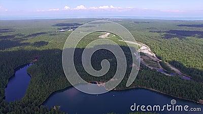Montaña aérea de Photography Paisaje divino del paisaje con un lago de la montaña en Siberia cerca del lago Baikal Lago caliente  almacen de video
