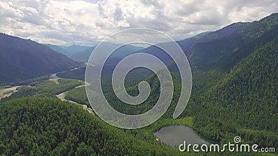 Montaña aérea de Photography Paisaje divino del paisaje con un lago de la montaña en Siberia cerca del lago Baikal Lago caliente  metrajes