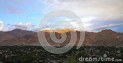 Montaña Himalayan hermosa en la puesta del sol, HDR
