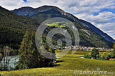 Montaña-vista austríaca a la ciudad Pfunds y al mesón del río