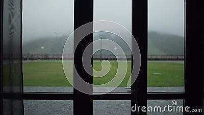 Montañas en la niebla, hermosa vista almacen de metraje de vídeo