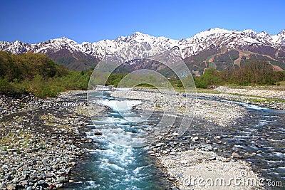 Montañas y río de Japón