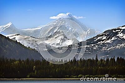 Montaña capsulada nieve de Alaska