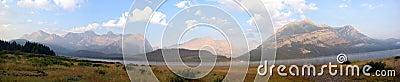 Montagne de cieux bleus panoramique