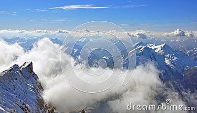 Montanha e nuvens de Zugspitze