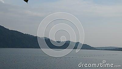 Montanha que filtra à represa concreta enorme de Khun Dan Prakarn Chon em Tailândia filme