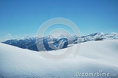 Montanhas sob a neve no inverno
