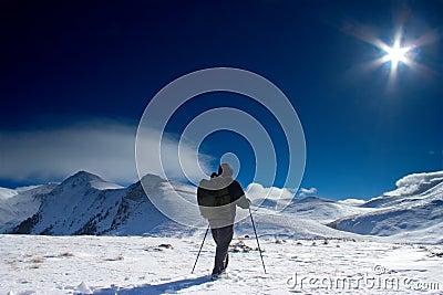 Montanhista que vai à parte superior da montanha