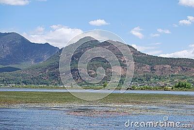 Montes verdejantes e águas verdes