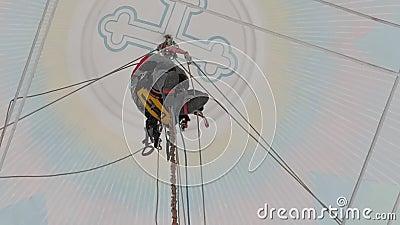 Monteur industriel en équipement de travail à haute altitude dans un bâtiment de l'église sur le grimpeur s banque de vidéos