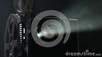 Montre le film dans un projecteur Fin vers le haut clips vidéos
