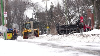 Montreal, Quebec/Canada 13 januari 2020 : een zware vrachtwagen die ploegt en sneeuwt van de straat naar de stoep stock video