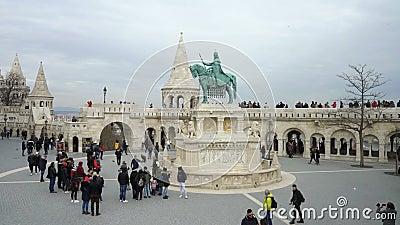Monument aan Heilige Stephen en het Bastion van de Visser in Boedapest, Hongarije stock video
