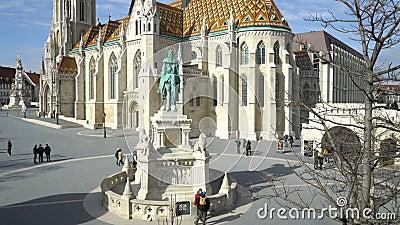 Monument aan Heilige Stephen en het Bastion van de Visser in Boedapest, Hongarije stock footage