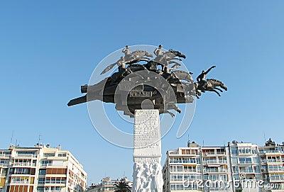 Monumento en el cuadrado de Gundogdu en Esmirna, Turquía