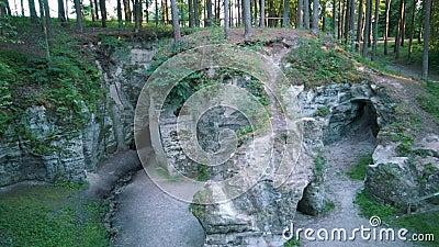 Monumento Geológico Natural de la Horno o la Gran Ellite del Diablo, ubicado en el Parque Nacional de Gauja, en Lode Behind Cesis almacen de video
