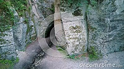 Monumento Geológico Natural de la Horno o la Gran Ellite del Diablo, ubicado en el Parque Nacional de Gauja, en Lode Behind Cesis almacen de metraje de vídeo